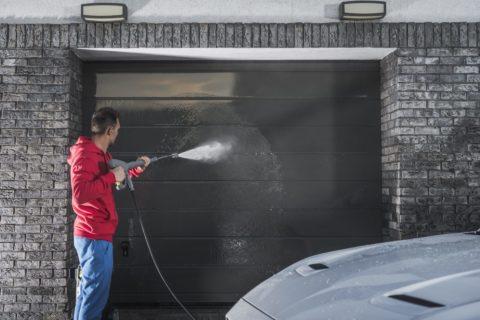 Comment nettoyer une porte de garage en aluminium?